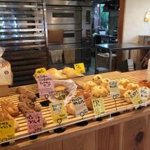 横のカフェのパン屋