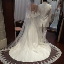 ドレスはシンプルにベールは華やかに。