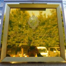 式場入口のゴールドプレート