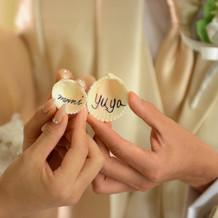 結婚証明書代わりに貝殻に名前
