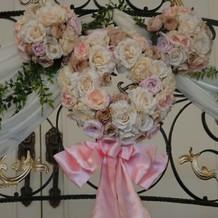 披露宴会場階段の装花