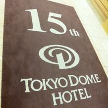 ホテル入り口の絨毯