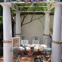 受付は披露宴会場とガーデンの間の屋外で。