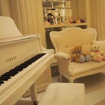 ソファーと白いグランドピアノ