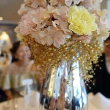 ゴールドパールがお洒落なテーブル装花