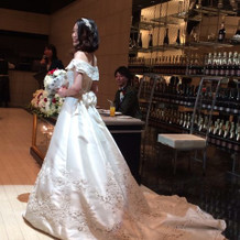 袖付きの白ドレス