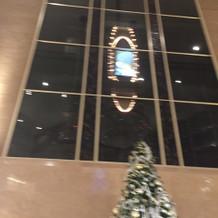 エレベーターで新郎新婦登場