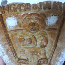ケーキの上に飾りパンを乗せました。