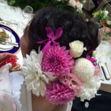 頭に生花をつけてもらいました