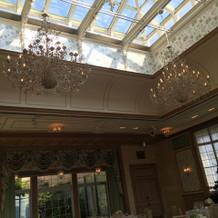 天井が窓になっていて日差しがよく入る