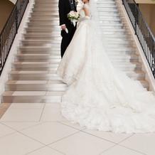 挙式はロングトレーンのドレスで。