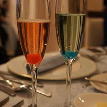 乾杯酒は二人の誕生石になぞらえて。