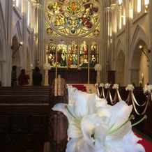 百合の花も綺麗で式場に合ってました。