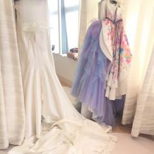 式当日、控え室のドレス達