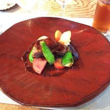 メイン肉料理。野菜も美味しい!器も素敵