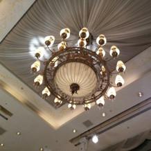 披露宴会場の高い天井とシャンデリア