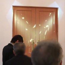 挙式会場にて入場前のライト