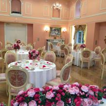 ピンクの披露宴会場です。