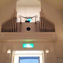 教会でパイプオルガンの演奏