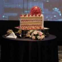 巨大なショートケーキなウェディングケーキ
