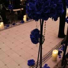 ブルーのバラで統一されています。