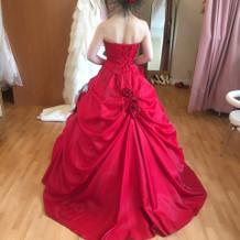 カラードレスの後ろ姿の写真です。
