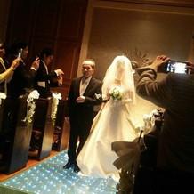 花嫁が歩くと光る青いヴァージョンロード
