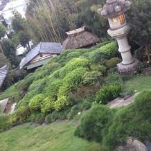 茶室と灯籠と小川があります