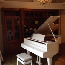 真っ白のピアノがあります