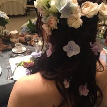 カラードレスのときは生花の飾りに♪