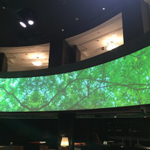 スクリーンと三階席