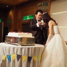 ケーキ周りにガーランドしました。