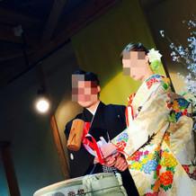シンプルな袴と豪華な色打掛。