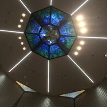 チャペルの天井ステンドグラス
