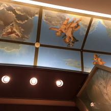 入り口天井の天使。