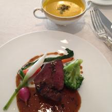 お肉と冷製スープ
