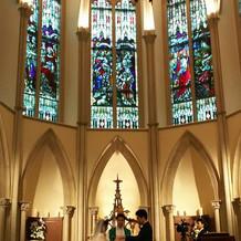 教会は天井高く、神秘的でした