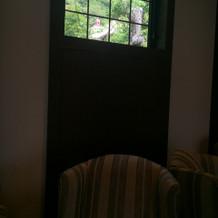 待合室から見える風見鶏