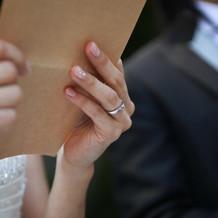 両親への手紙を挙式後、チャペルの前で。