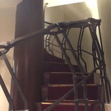 螺旋階段を通ってのバージンロード
