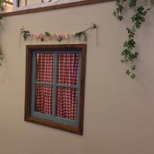 控え室の小窓も可愛らしいです。