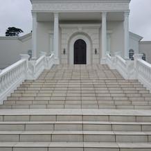 大階段から見えるチャペルの入り口