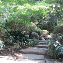 披露宴から挙式会場へ向かう途中の庭園