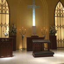 父親が座る席から見た祭壇の光景