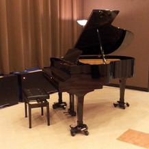 別館の会場は、ピアノが設置されていました