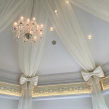 天井のリボン