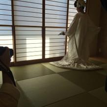 畳の個室には日中光が差し込み前撮りに最適