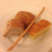 パンとグリッシーニ。