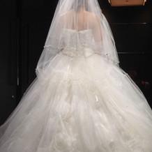ボリュームたくさんの白ドレスです