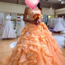 華やかなオレンジのドレス
